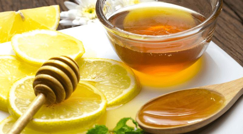 Uống mật ong chanh pha nước ấm hàng ngày giúp ngăn ngừa táo bón